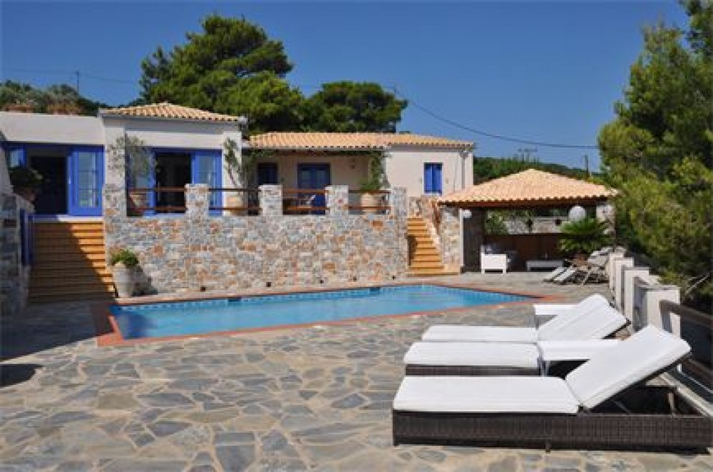 Skiathos vacation rental with lovely outdoor area with swimming pool, sunbeds and shady lounge