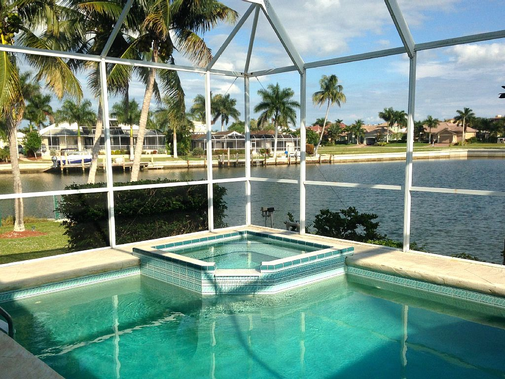 Sun, Beach, Pool, Hot Tub, Fine Dining, and Fishing! Walking distance to beach!