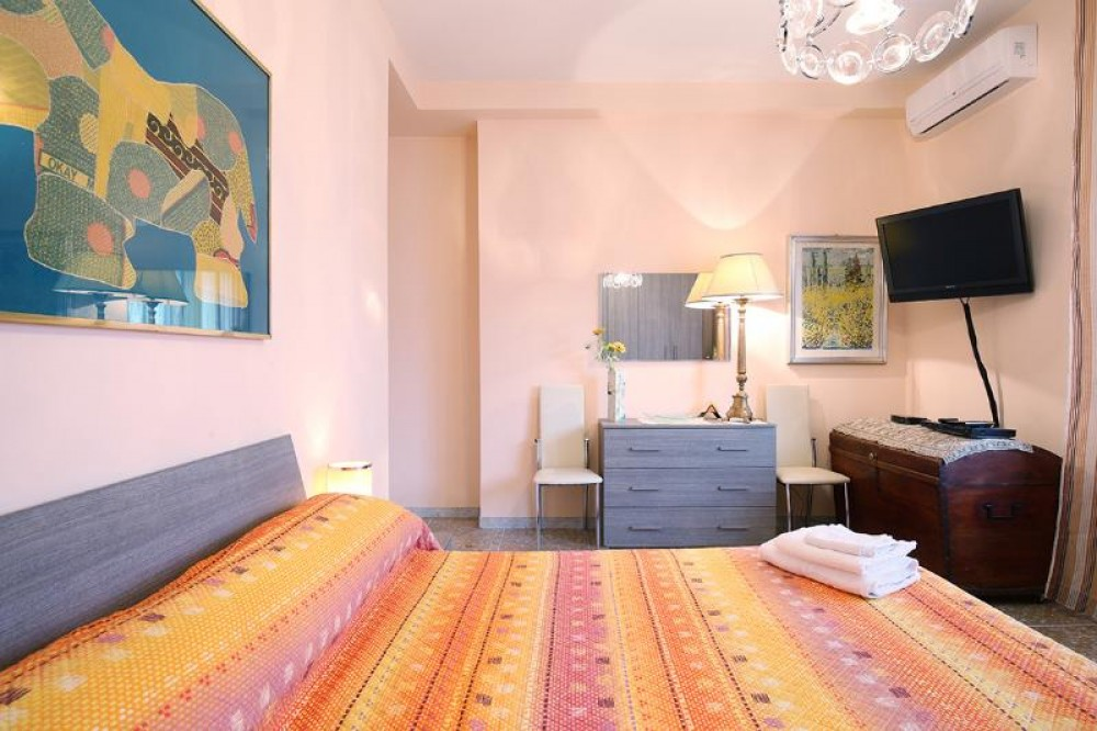 Rome vacation rental with bedroom