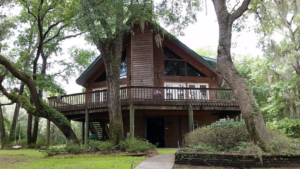 Lovely home on Suwanee River perfect for families, reunions and retreats