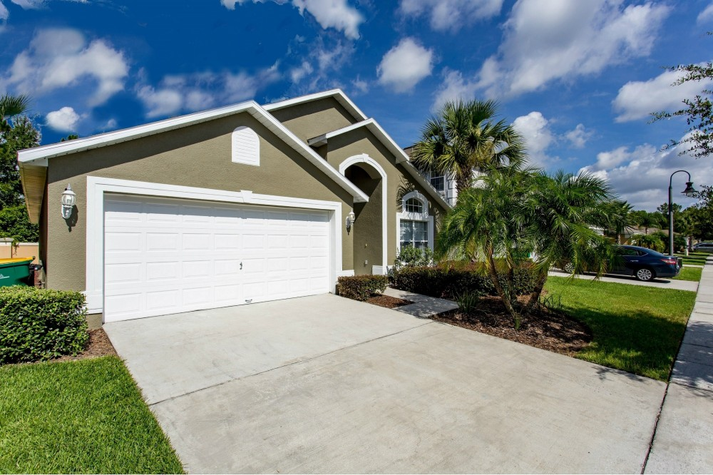 kissimmee vacation rental with Front with 2 car driveway