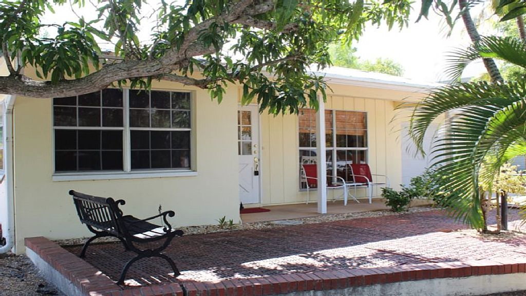 Pet Friendly 2 BR, 2 Bath house with Heated Pool. Use of small community dock