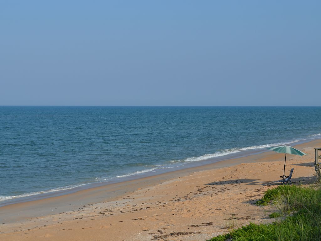 3BR + Den /2 Bath Beachfront Getaway with Incredible Romantic and Eclectic Cha