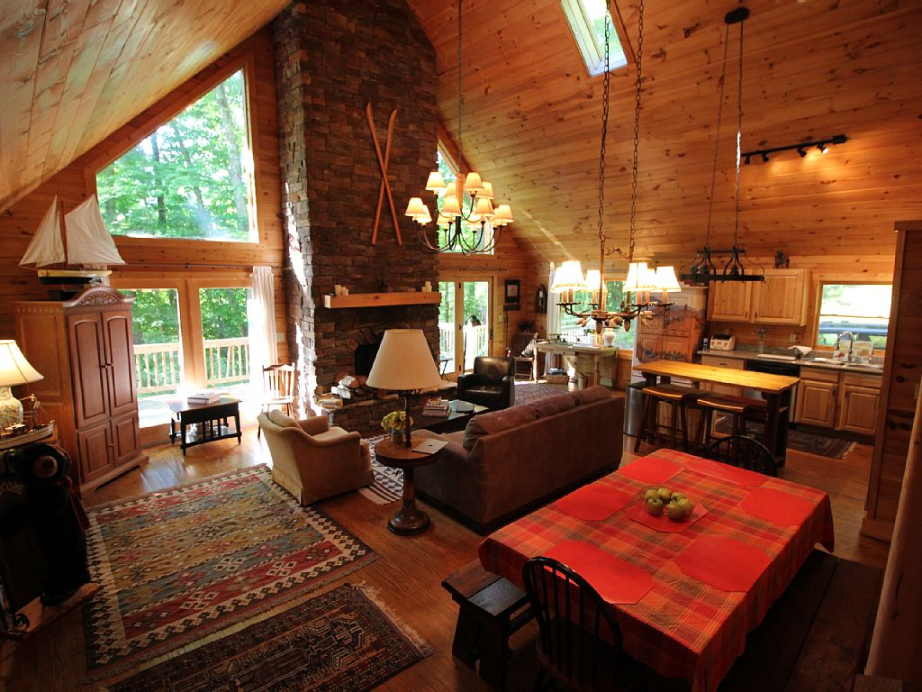 Impecable Log Cabin next to sky Wolf Laurel half hour form Asheville w