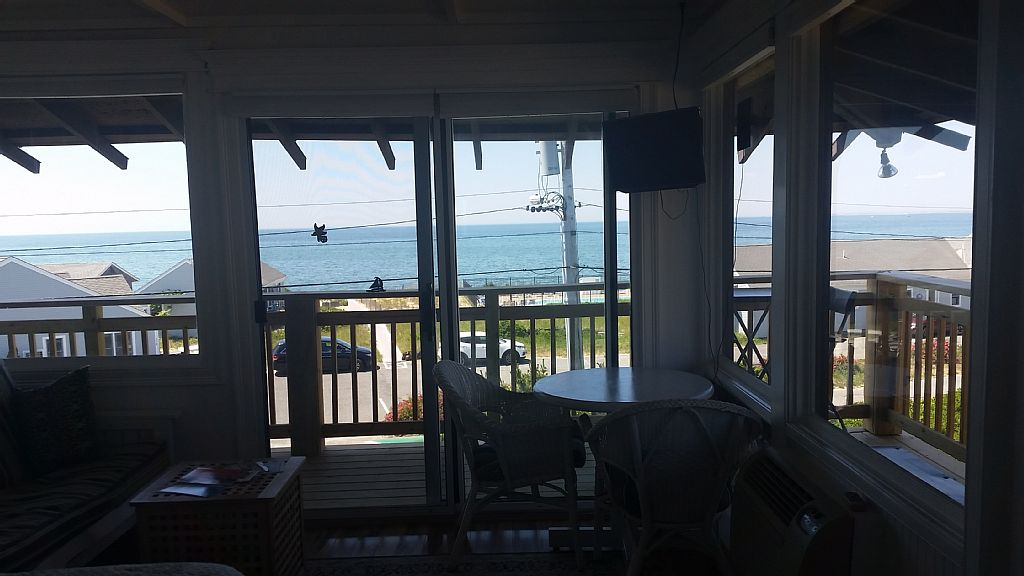 Front Studio unit,panoramic bay views! Beach across street.