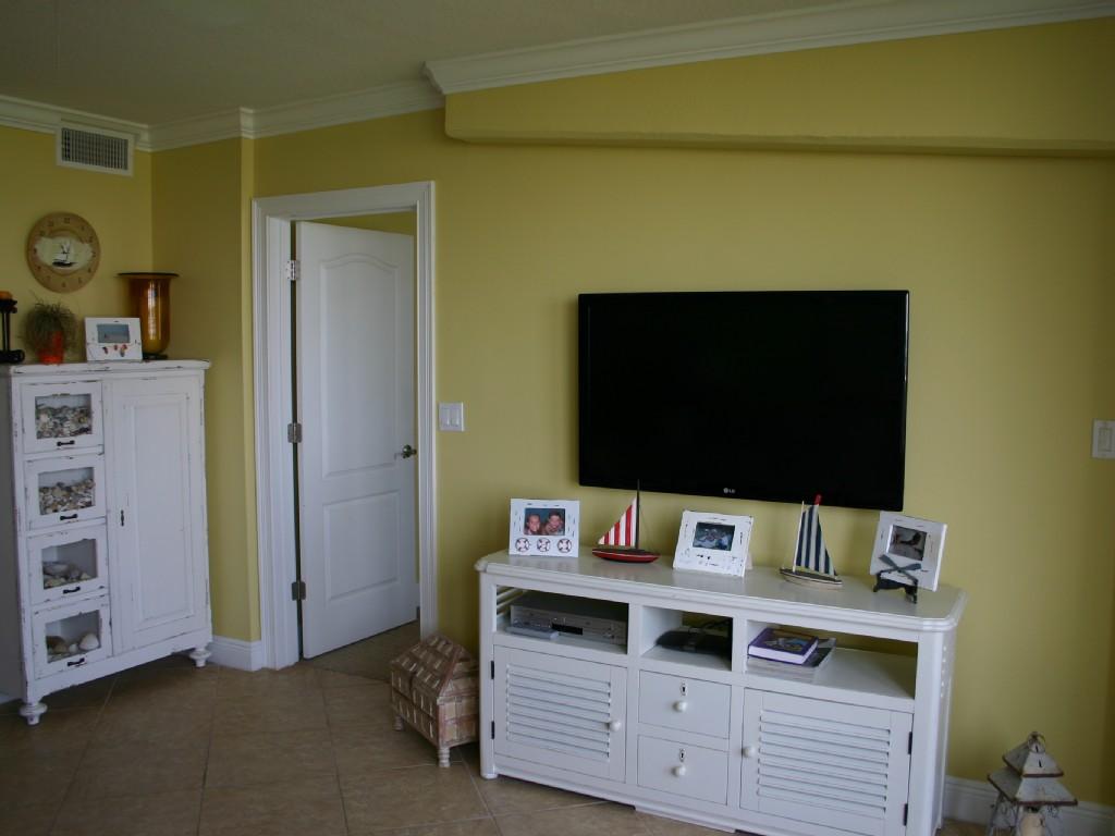 Living Room with Flat Screen TV Airbnb Alternative new smyrna beach Florida Rentals