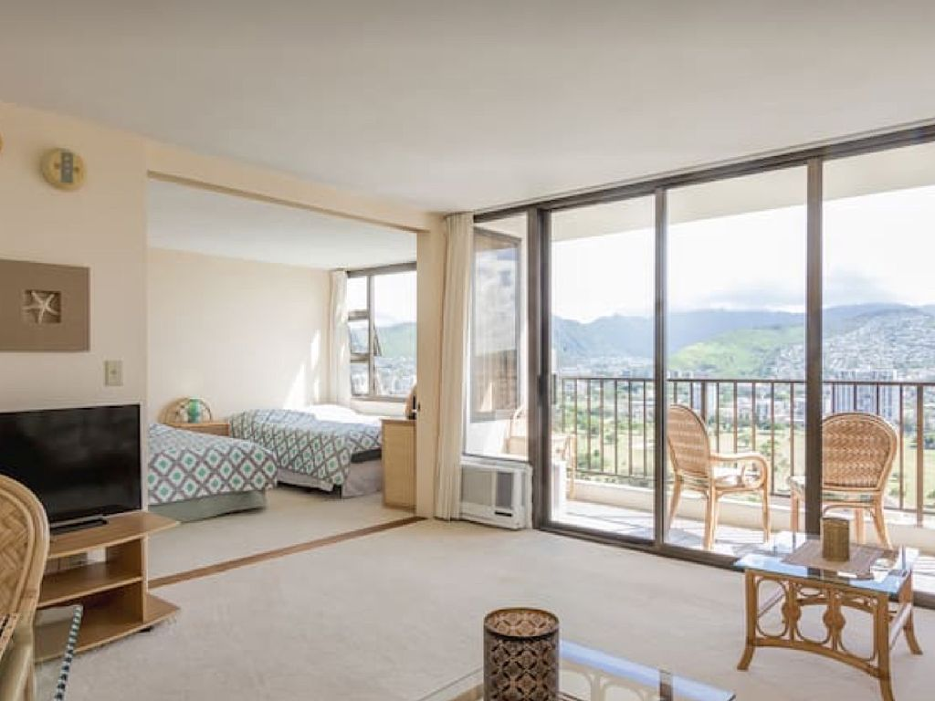 Elegant One Bedroom in the Heart of Waikiki with Free Parking