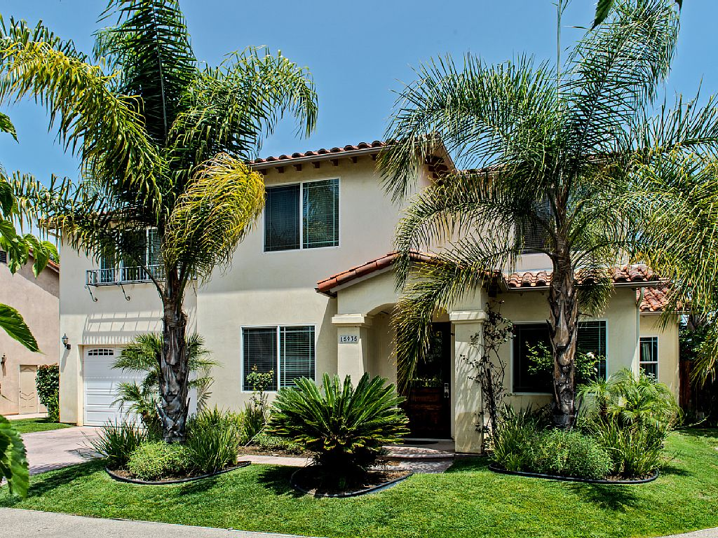 Large beautiful,comfortable, family friendly home minutes to Universal Studios.