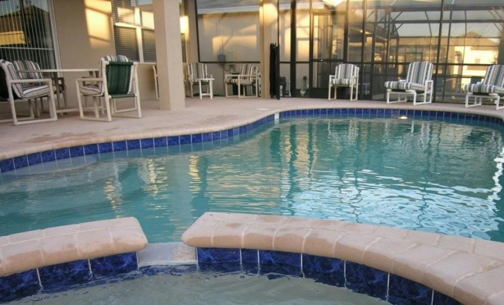 kissimmee vacation rental with Large, south-facing pool with raised jacuzzi
