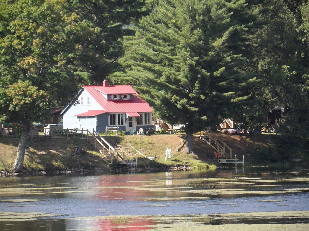LAKE FRONT Cozy Home w/ Fire pit, Dock, Kayaks and canoe book now for summer