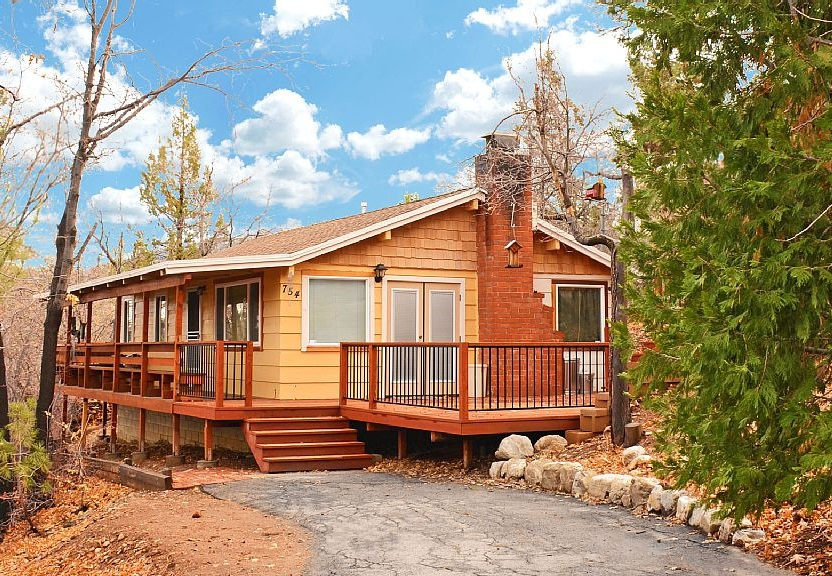 Romantic Cabin in Wooded Area Just 2 Miles from Bear Mountain. Fully Equipped