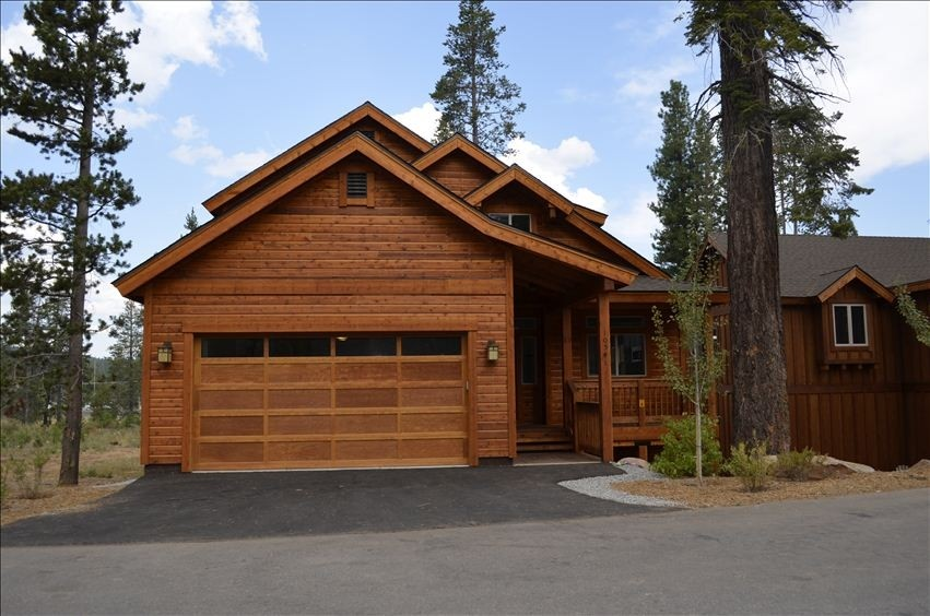 New Luxury Home! Hot tub, steam shower! Walk to town! Close to Northstar!