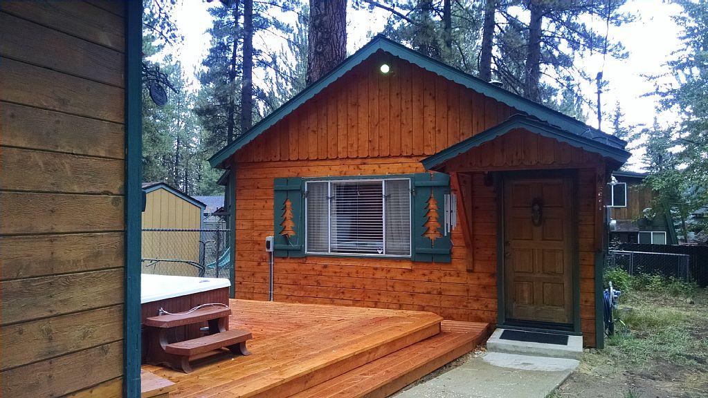 Cozy Cabin Fireplace-WI-FI min. to Bear Mtn. & Summit Mtn. & Golf , Jacuzzi.