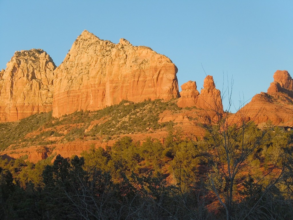 Borders Forest in Uptown Sedona, Red Rock Views & Privacy, Walk to Town/Trails!!