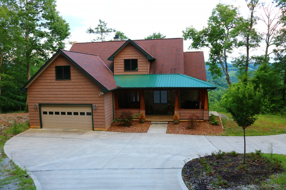 New Tazewell vacation rental with Vista Lael Lodge easy access with plenty of parking for as many as 6 vehicles