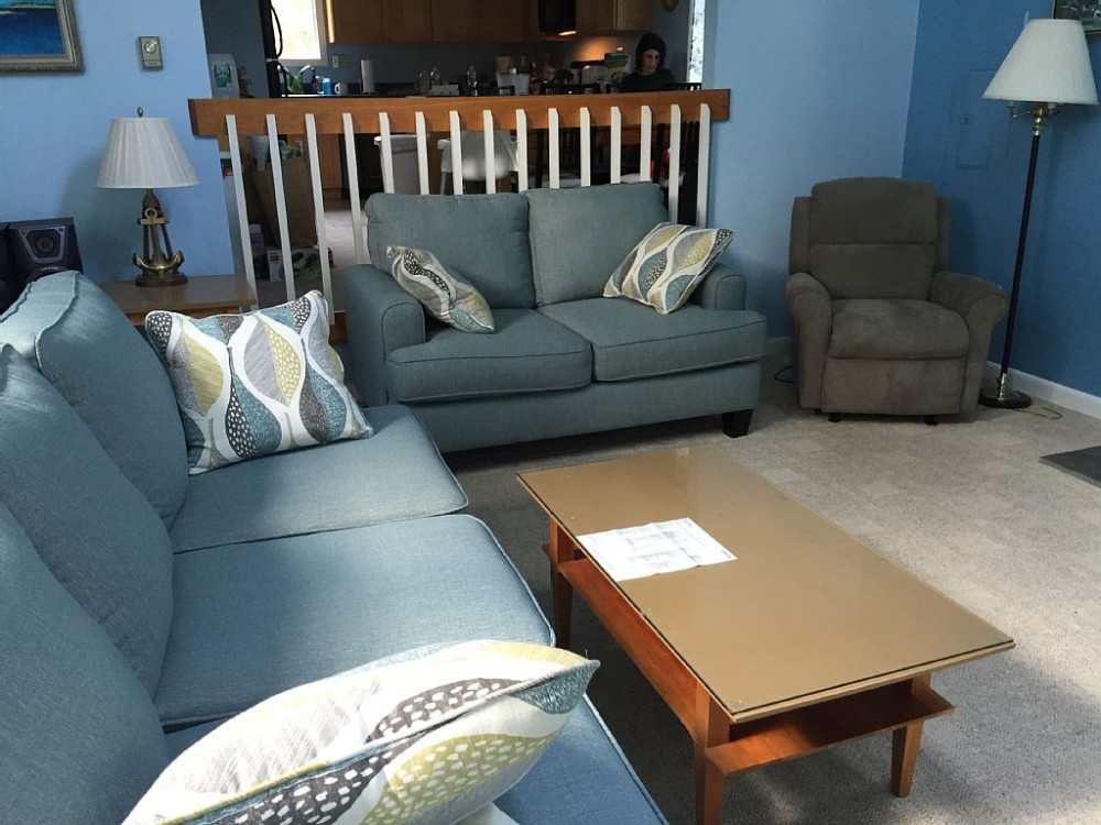 Bright airy contemporary. Close to beach, bike path, restaurants, and town
