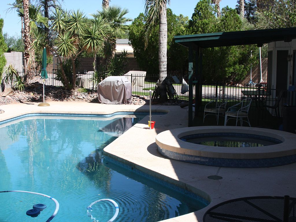 4 Bedrooms, 2 Baths House Sleeps 12, Pool, Hot Tub and RV Parking
