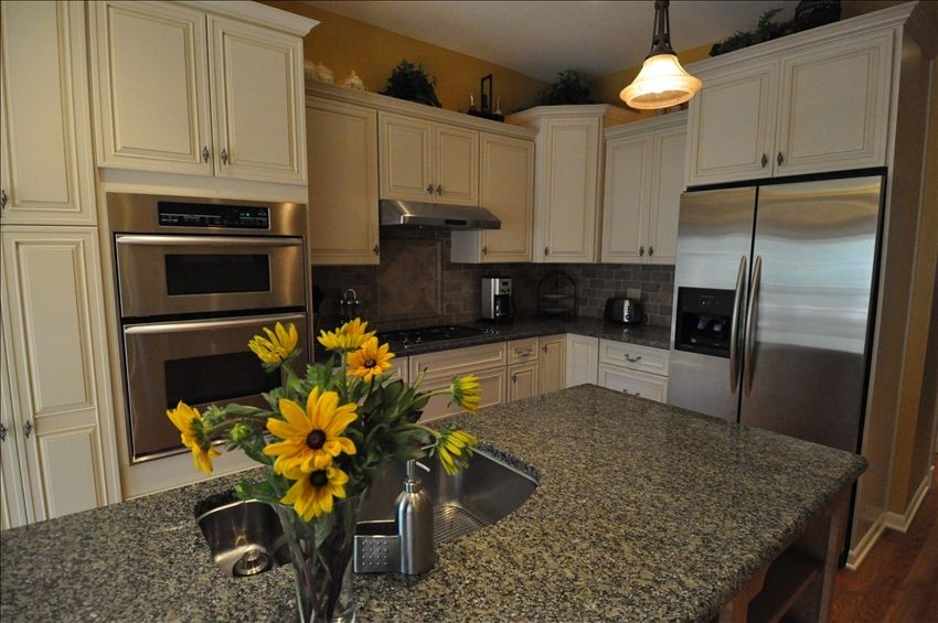 Roscoe Village- Steps Away to Cute Shops & Dining Sleeps 4-6