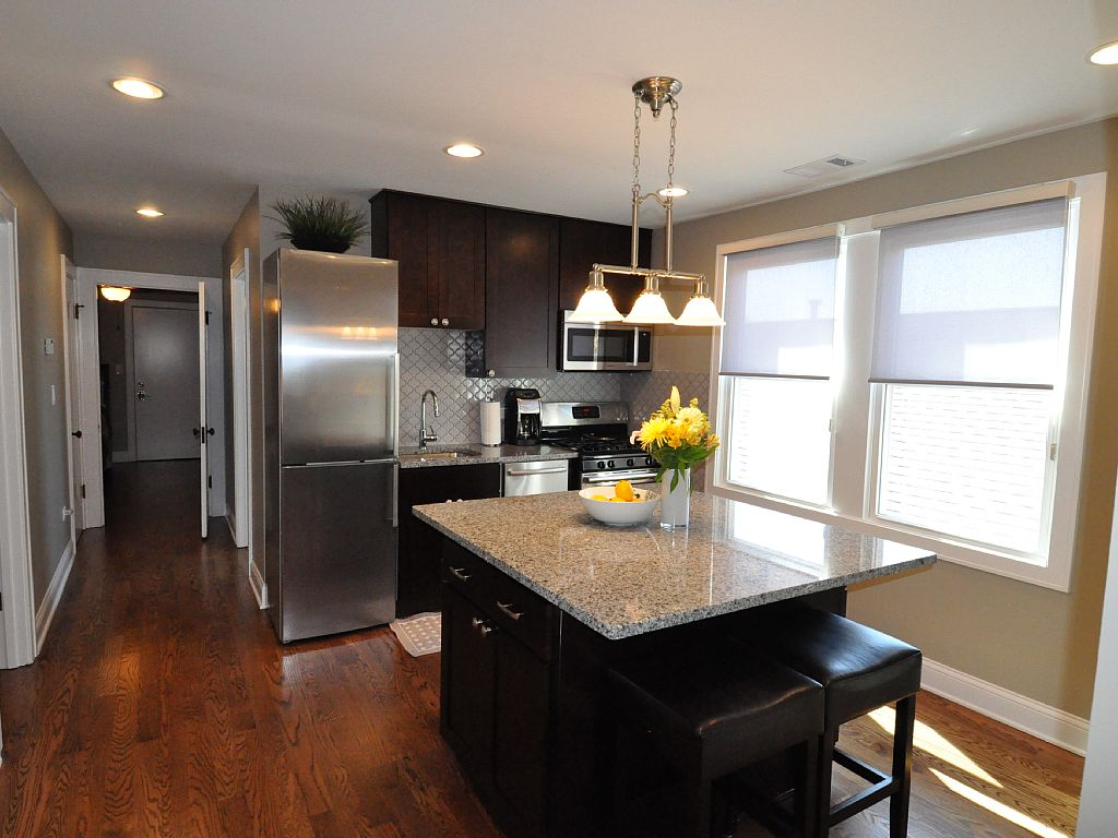 Roscoe Village- Sleek & Snazzy! Steps Away to Dining & Pubs!
