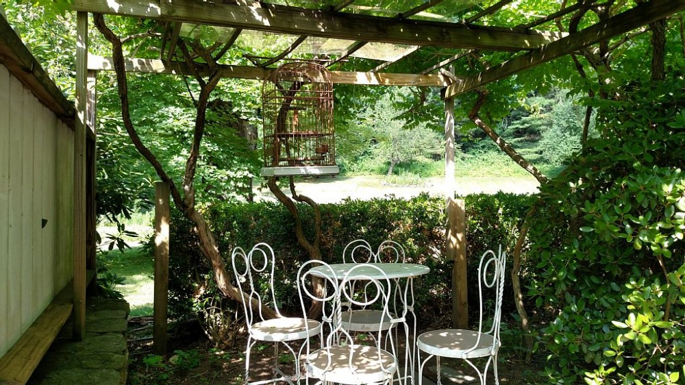 Tranquil Carriage House and Gardens set in the Historic Village of South Britain