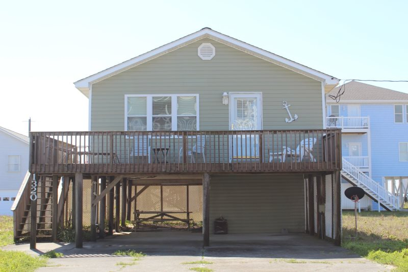 Two bedroom bungalow, just a short walk to the beach!