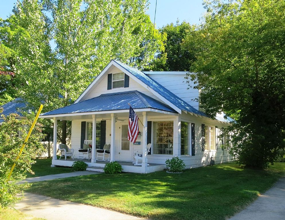 The Lake Street Cottage ~ Walk to Town~ Bikes included!