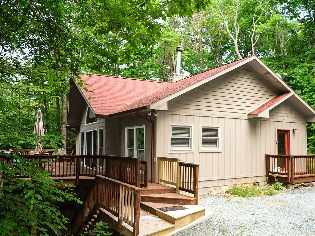 Treetop Cabin*Watch our Virtual Tour!*WiFi*Huge Deck*Pet Friendly*Sleeps 6*