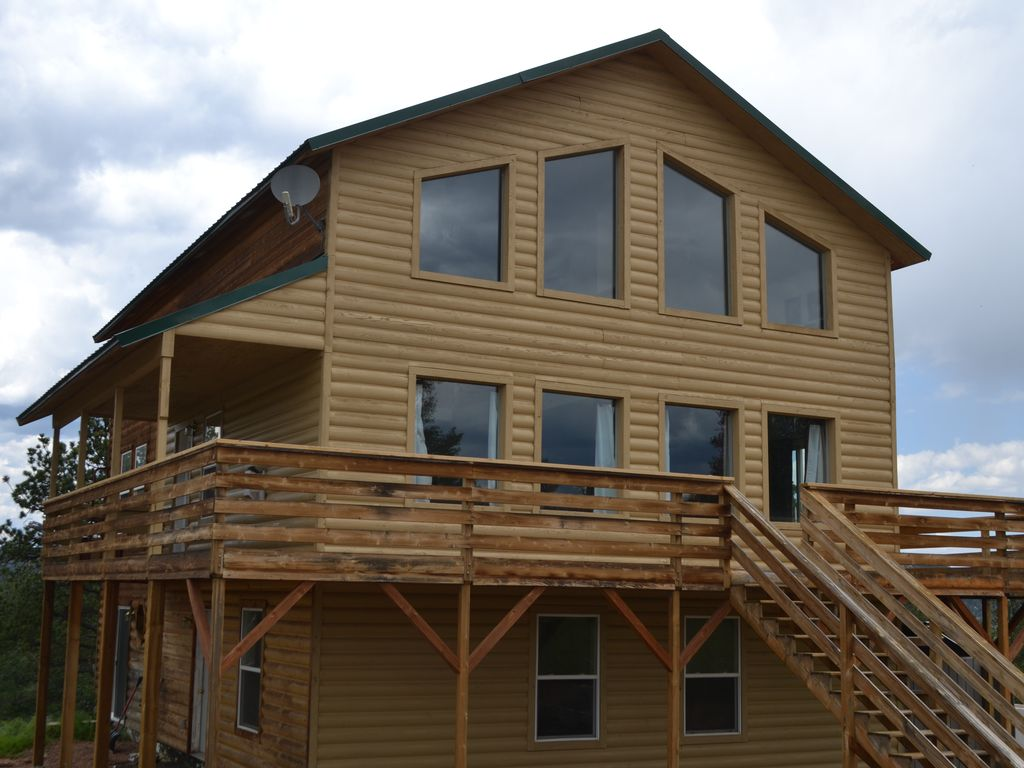 Family-Friendly Three Story Cabin Sleeps 14