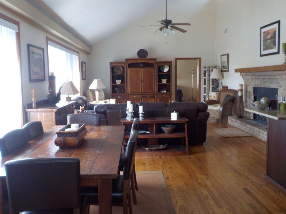 The Oar House! A Wonderful 3 Bedroom, 3 Bath Lake Home Located On Deep Water