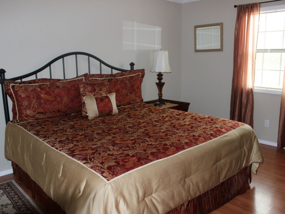 King bed masterbedroom with TV Airbnb Alternative Murfreesboro Arkansas Rentals