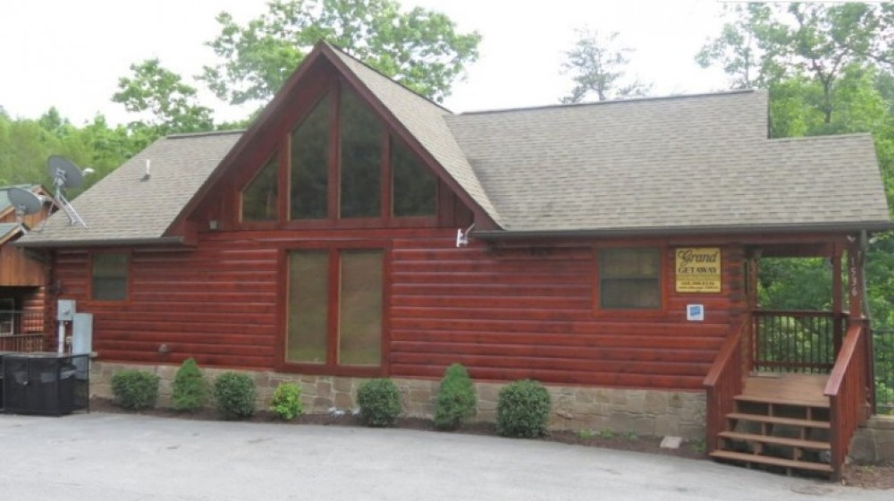Sevierville vacation rental with Easy access into cabin.  Beautiful wooded vie