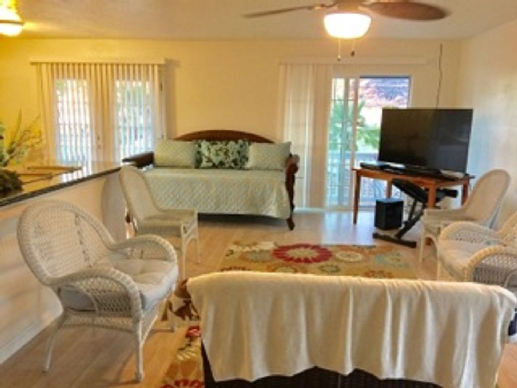 Cozy Newly Renovated Oceanfront Home. Steps Away from Poka
