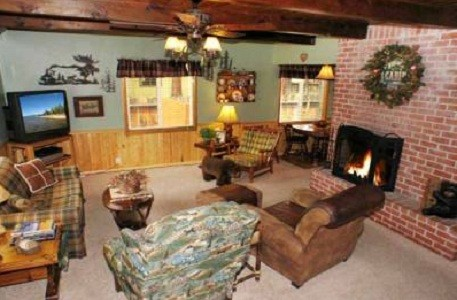 Beautiful Chalet in the Pines, Dogs Welcome, Hot Tub!