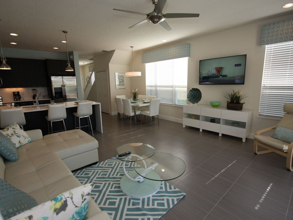 Deluxe Townhome, FREE pool heat and pool TV!