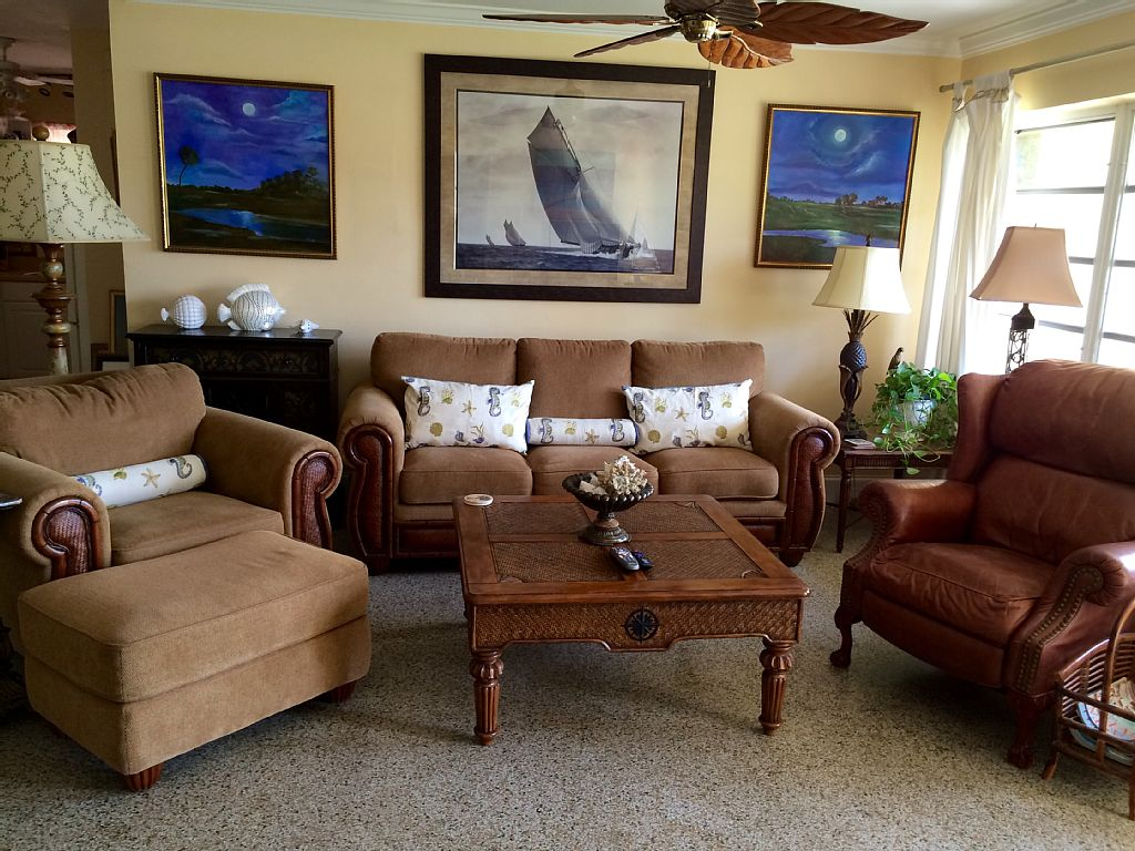 Charming and Comfortable  private home, 1 mile to Beach