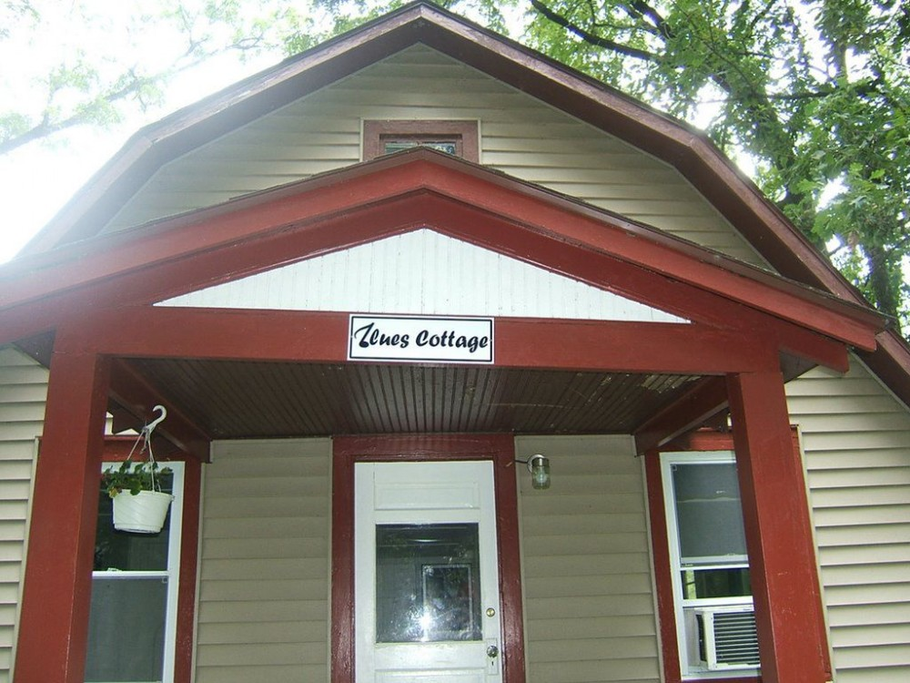 Blues Cottage - Lakefront Cottages on Semi-private Lake, Beach, Boats, Fun!