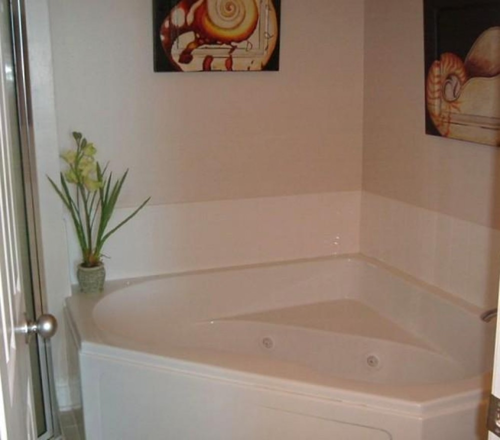Jetted tub in master bath Gulf Shores vacation home