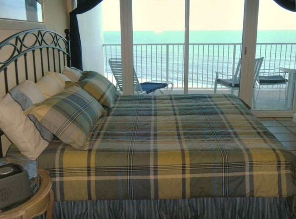 Master bedroom with direct ocean view. Airbnb Alternative Gulf Shores Alabama Rentals
