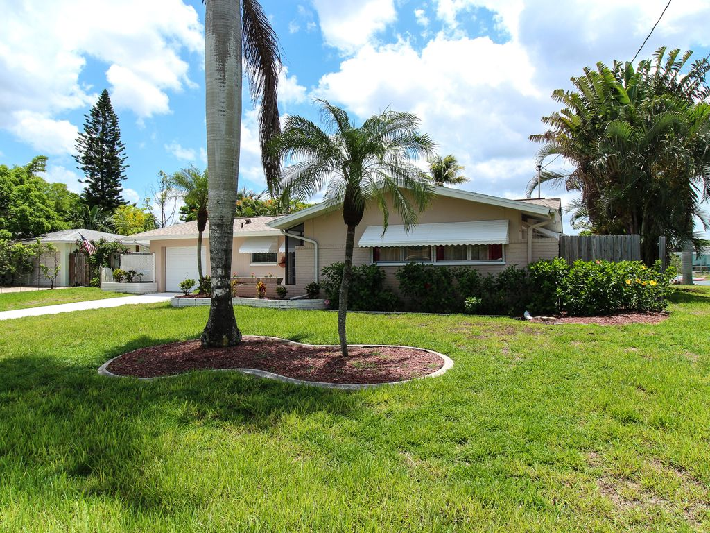 3 bedroom, 2 bath, large heated pool with Direct Gulf access