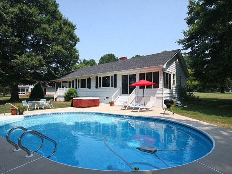 Close In Cottage with Pool and Hot Tub. Ideal for Exploring the Area