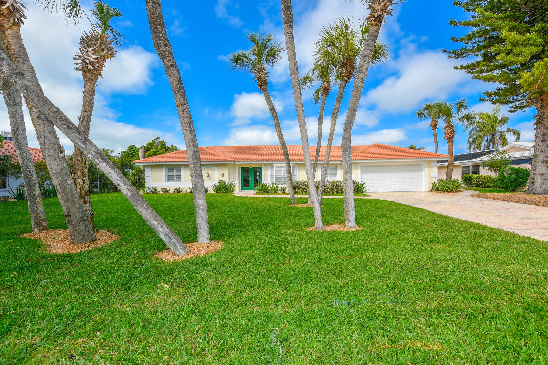 PARADISE FOUND* PEACEFUL ELEGANT *CANAL HOME *wALK TO BEACH
