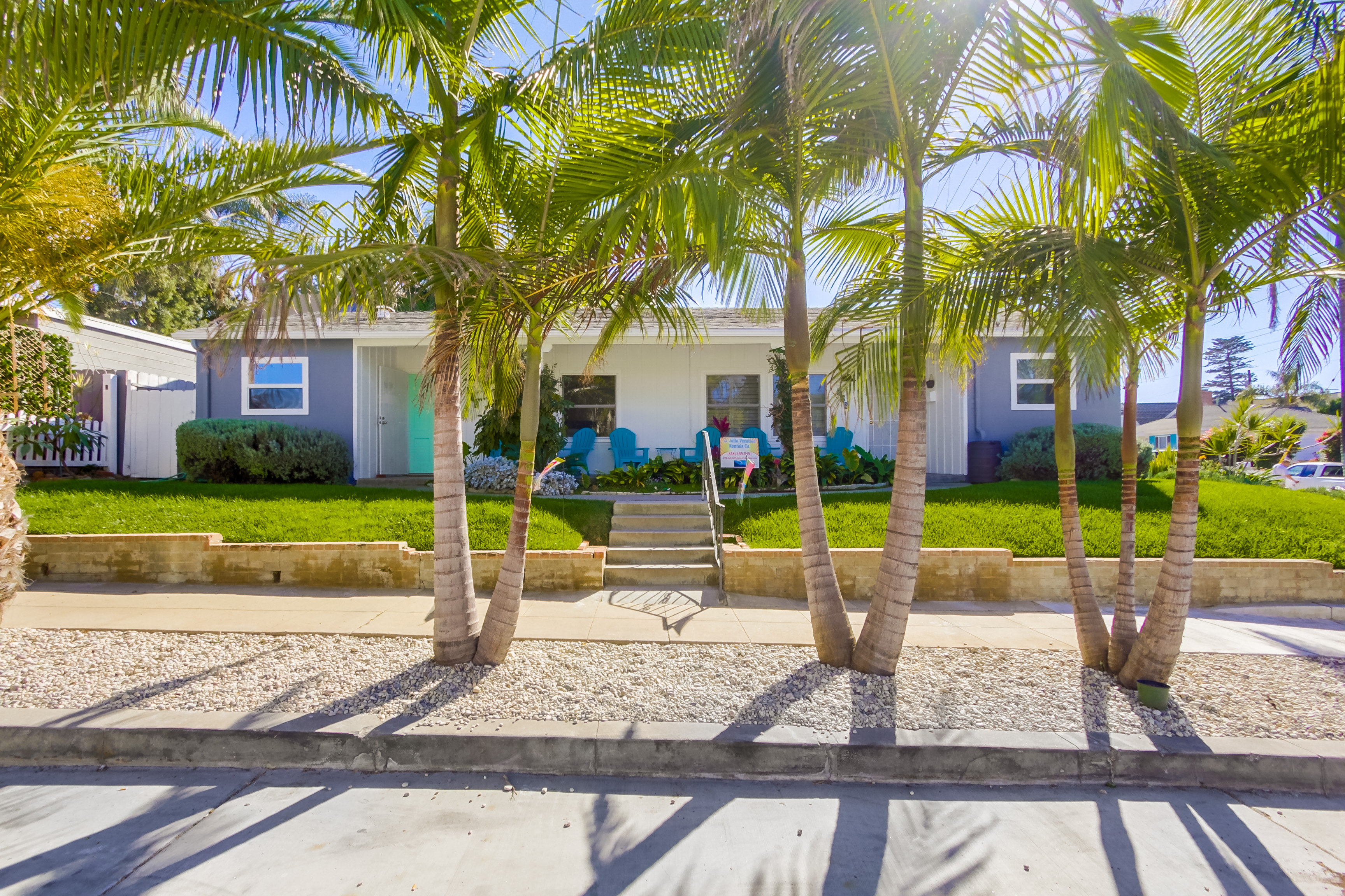 Cottage with private garden, AC, walk to the beach.