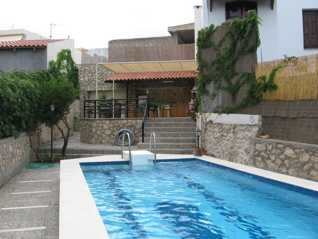 VILLA WITH PRIVATE POOL GARDEN AND BBQ AT QUIET CRETAN VILLAGE JUST OUTSIDE CITY