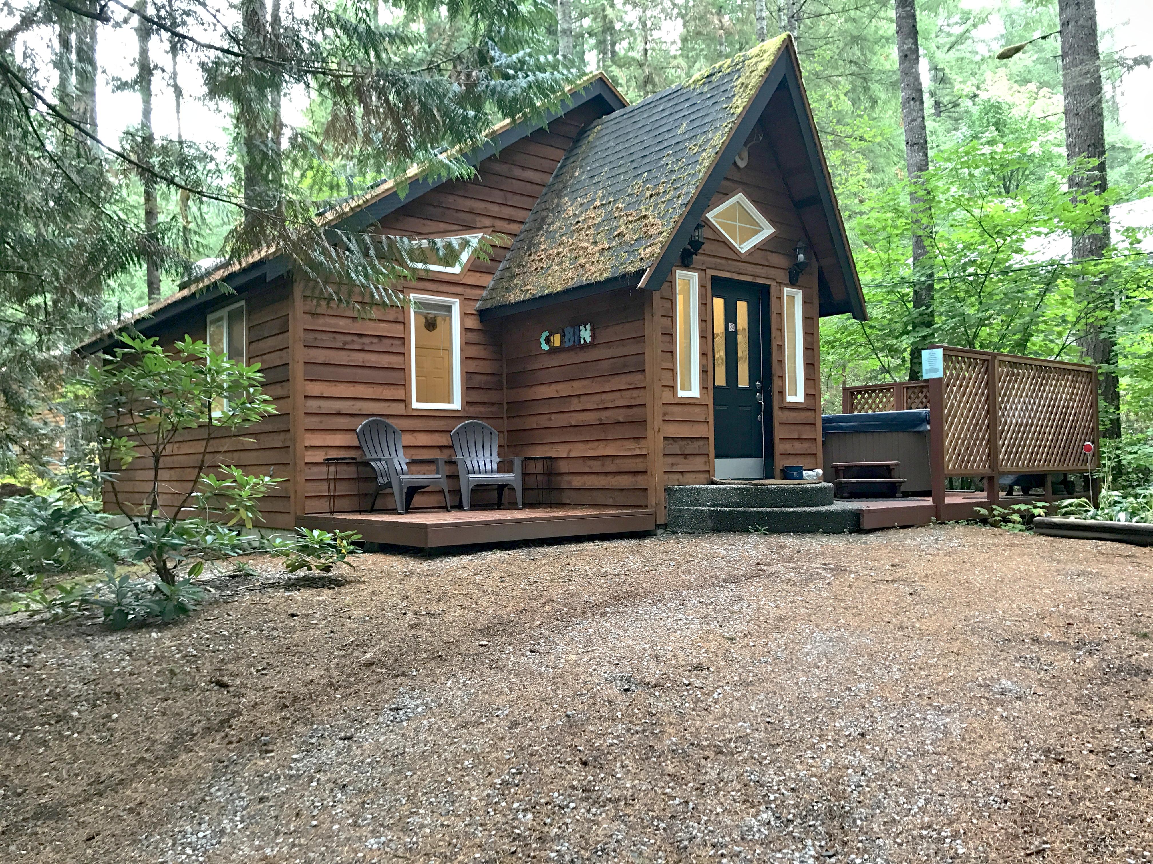 Glacier Springs Cabin #16 has WiFi,  + Hot Tub!