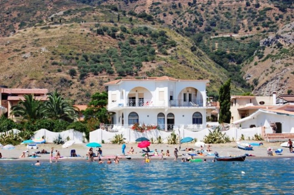 VILLA MARINELLO : Charming villa on the beach (5 mt from the sea!) in a natural reserve