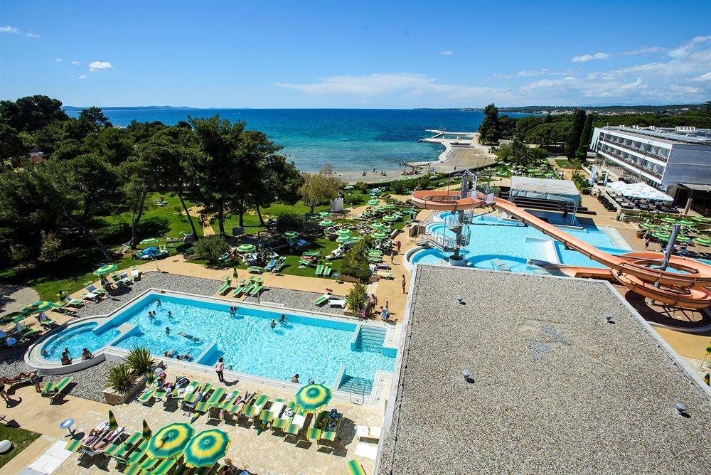 Apartment in villa, big garden, pool, close to sea