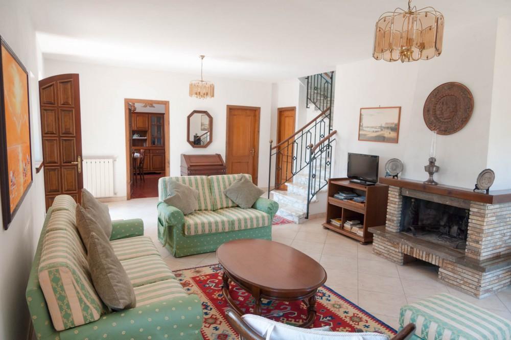 Massa vacation rental with Living room