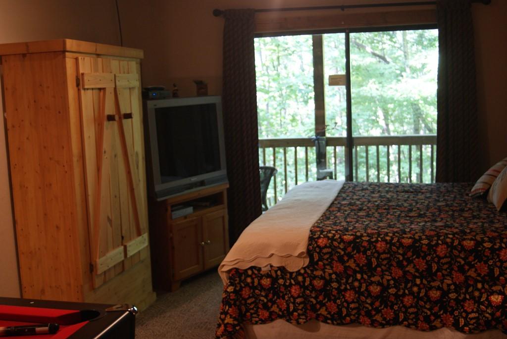 Bedroom with queen bed helen vacation home